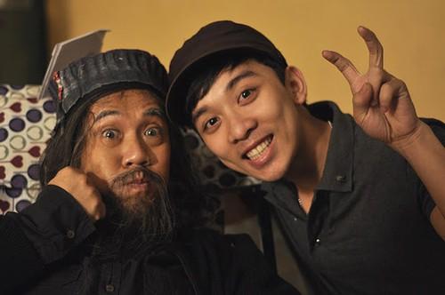 Dù mệt mỏi vì quay phim nhưng Thành Lộc vẫn vui đùa bên các nhân viên đoàn phim trong giờ nghỉ.