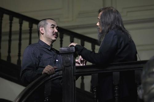 Đạo diễn Bùi Thạc Chuyên bàn bạc với nghệ sĩ Thành Lộc trước một cảnh quay.