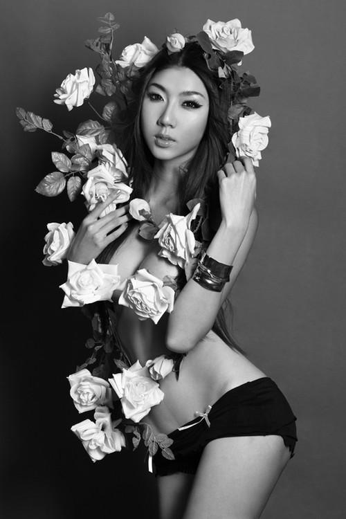 Ngọc Quyên dùng hoa quấn