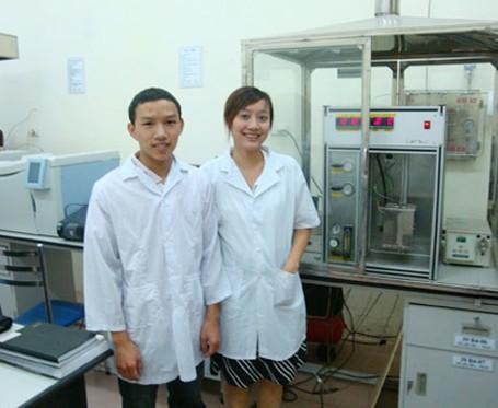 PGS Nguyễn Khánh Diệu Hồng cùng sinh viên tại phòng thí nghiệm.