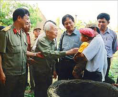 Đại tướng Võ Nguyên Giáp với người dân quê hương Quảng Bình. Ảnh: Trần Hồng