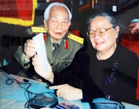 Phút thư giãn của vợ chồng Đại tướng Võ Nguyên Giáp. Ảnh Trần Hồng