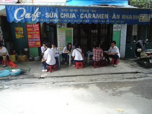Hàng quán vỉa hè trường Kim Liên, nơi các bạn học sinh thường ra ngoài tụ tập. Đôi khi khu vực này còn có cả học sinh THCS LQĐ trốn tiết sang ngồi ăn uống.