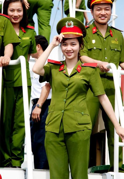 Nữ sinh cảnh sát xinh đẹp và hành trình ra Trường Sa