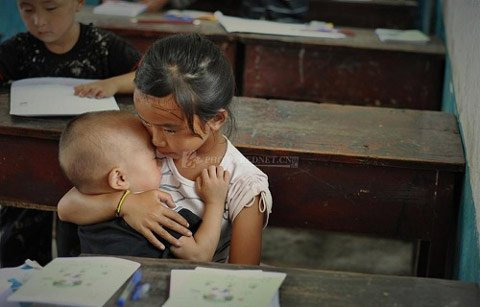 Rớt nước mắt bé gái mang em đến trường