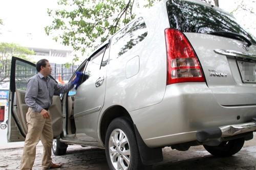 Cần để xe thông thoáng, mùi khó chịu sẽ dần bay đi.