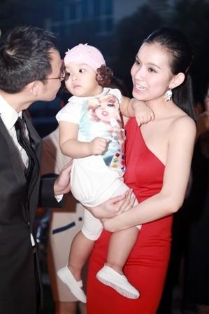 Hoa hậu Thùy Lâm khoe con gái bụ bẫm tái xuất sau 4 năm ở ẩn