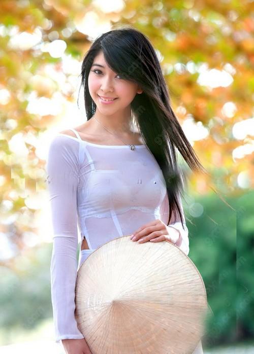 Nữ sinh với áo dài mỏng tanh