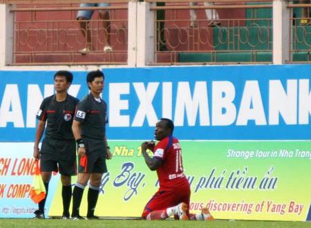 Timothy xá trọng tài chính Nguyễn Văn Đông sau khi nhận thẻ đỏ trực tiếp.