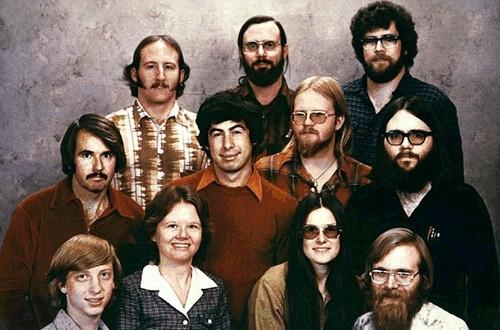 Một bức ảnh năm 1978 của 11 người đã bắt đầu Microsoft với Bill Gates ở bên trái của hàng ghế đầu và Paul Allen ở bên phải