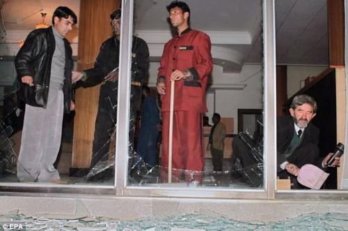 Nhân viên khách sạn thu dọn các mảnh vỡ do bom nổ.