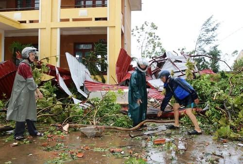 Thầy cô trường THCS xã Quảng Đông dọn dẹp, khắc phục hậu quả.