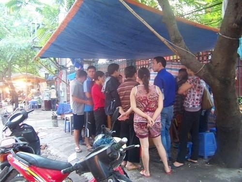Các chủ nợ túc trực tại quán trà đá đối diện nhà bà Dậu.