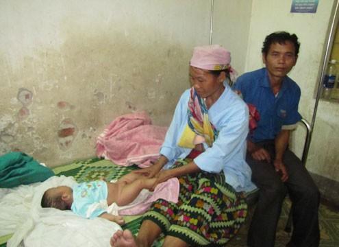 Gia đình bé Thông minh tại bệnh viện. ảnh: Nguyên Khoa