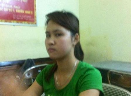 Bị nữ sinh viên đấm vào mặt, CSCĐ ngã xuống đường