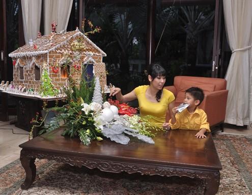 Phòng khách được trải thảm êm ái là nơi hai mẹ con hoa hậu thường chơi đùa với nhau. Bé Vương Khôi, con trai thứ hai của Hà Kiều Anh do còn bé nên hoa hậu chưa muốn giới thiệu hình ảnh con với mọi người.