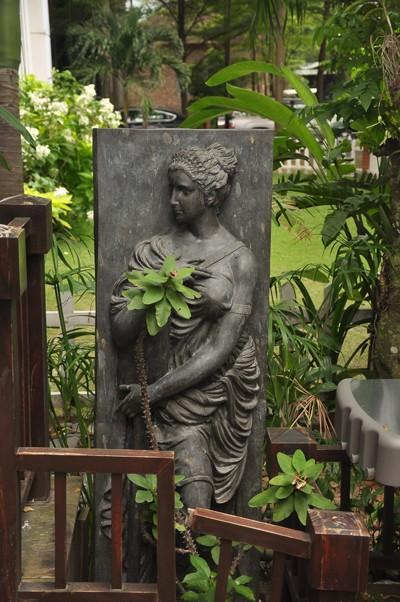 Một góc vườn tĩnh lặng, nơi hoa hậu và gia đình ngồi thư giãn mỗi chiều.