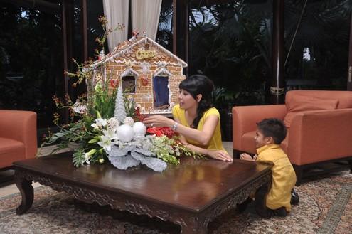 Vương Khôi mới hơn 1 tuổi. Cậu cũng có riêng một phòng trang trí rực rỡ trong căn nhà.