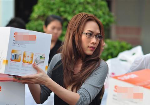 Mỹ Tâm kết hợp với một số nhà tài trợ trao các phần quà gồm dụng cụ bếp núc để bà con nghèo miền Tây đón một cái Tết khang trang hơn.