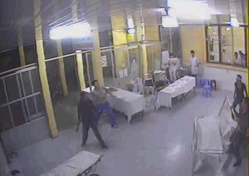 """""""Cứu binh"""" của người bị đánh xuất hiện với dao, mã tấu... dồn đối phương (góc bên phải) vào phòng cấp cứu"""