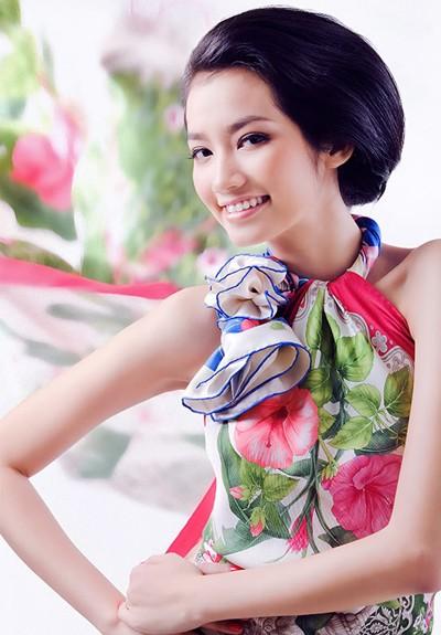 sở hữu vẻ đẹp hiện đại với gương mặt xinh xắn và nụ cười rất rạng rỡ.