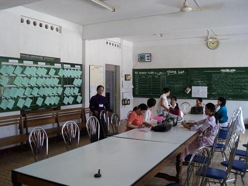 Ở Việt Nam, lên bục giảng là Giáo viên hay Thợ dạy?