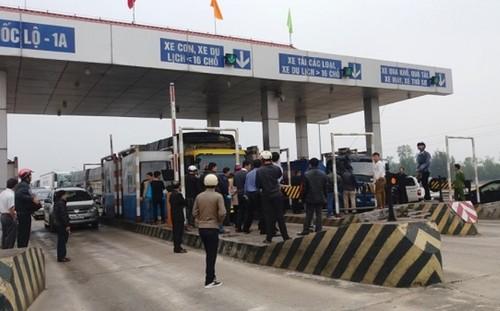 Không bằng lòng với mức thu phí mới, hàng loạt tài xế xe tải đã dừng xe quây trạm thu phí gây ách tắc giao thông cục bộ (ảnh: Tr.Trung - Báo Lao Động).