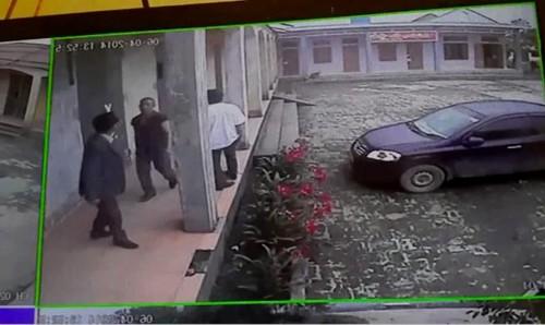Video :Côn đồ tiếp tục xông vào nhà máy, túm cổ giám đốc, đánh cả công an