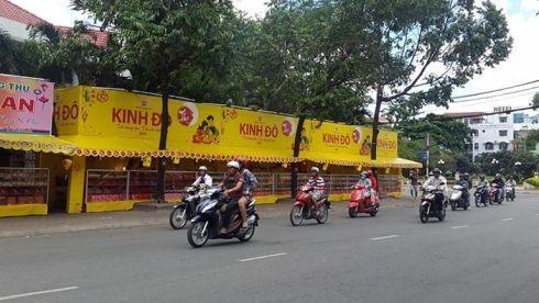Một loạt gian hàng bánh trung thu Kinh Đô trên đường Lãnh Binh Thăng, Q.11 (ảnh: T.Q)