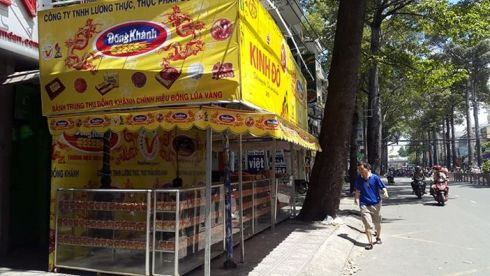 Bánh trung thu Kinh Đô bán trên vỉa hè, người đi bộ phải đi xuống lòng đường (Ảnh chụp ở đường Nguyễn Tri Phương, Q.10)