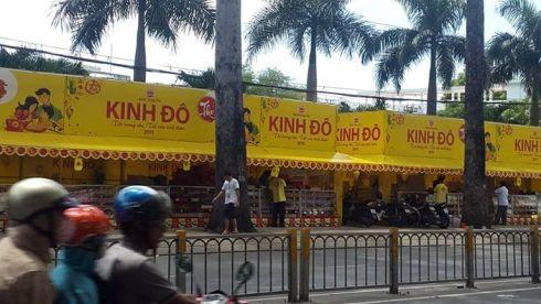 Một gian hàng bánh trung thu Kinh Đô trên đường Nguyễn Tri Phương, Q.5 (ảnh: T.Q)
