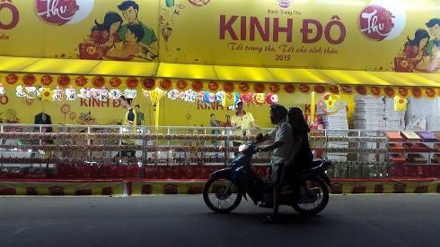 Người đi đường dựng xe dưới lòng đường coi bánh trung thu trên đường Phan Đăng Lưu, quận Bình Thạnh (Ảnh: T.Q)