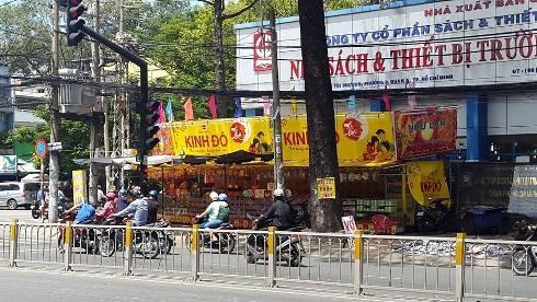 Cảnh tượng ghi được giao lộ Nguyễn Tri Phương - Hùng Vương cũng bị bánh trung thu lấn chiếm vỉa hè (ảnh: T.Q)