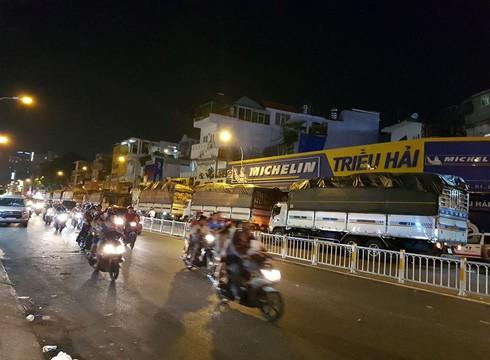 Hàng loạt xe tải lưu thông giờ cấm bị Cảnh sát giao thông thành phố xử lý nghiêm khắc tối ngày 12/2 (ảnh: P.L)