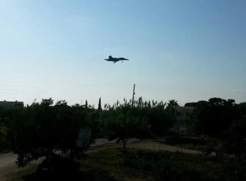 Máy bay chiến đấu Su-34 Nga dựa vào sự yểm trợ của máy bay chở khách tiến vào Syria (nguồn mạng sina Trung Quốc)